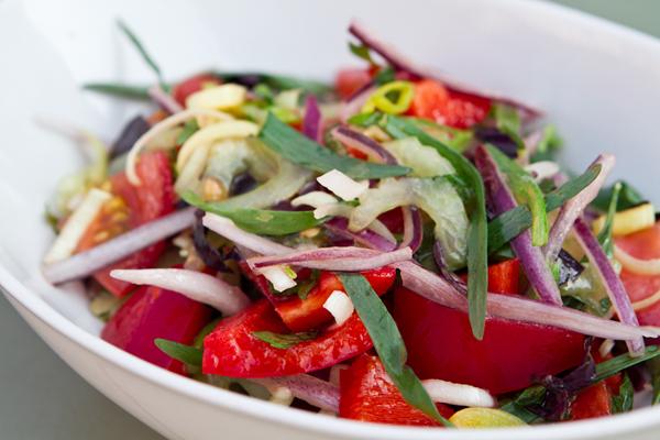 Красный салат с помидорами и перцем фото